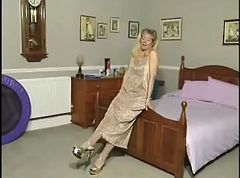 British MILF slut Anna fucks the bed